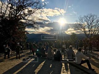 高尾山の頂上で夕日を眺める人々。  顔が識別できそうな方に加工処理を入れてます。の写真・画像素材[2412847]