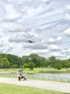 着陸しようとする飛行機の写真・画像素材[2418924]