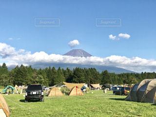 朝霧高原のキャンプ場から眺める富士山と雲の写真・画像素材[2446325]