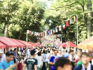 神社の夏祭りで、参道の賑わいの風景です。人物が判別されないようにポートレートの焦点加工しています。の写真・画像素材[2456439]