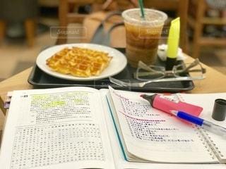 喫茶店で資格の受験勉強。ワッフルのの糖分が頭に染み入ります。の写真・画像素材[2486427]
