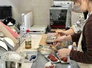 キッチンでの一コマ。お皿に盛り付け中。の写真・画像素材[2673771]