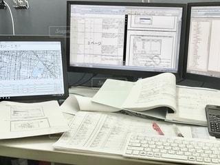 デスクが書類で埋れてる。。。いつくるんですかぁ、ペーパーレスの時代ぃ〜?  ってCMがありましたね。の写真・画像素材[2763688]