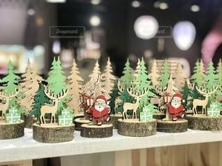 クリスマスの雑貨に背景の光のボカシが雪の様です。の写真・画像素材[2781748]