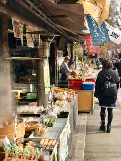 三鷹の深大寺のお土産屋通りは少しノスタルジックな香りがします。  焦点加工で人物が判別されないようにしています。の写真・画像素材[2826453]