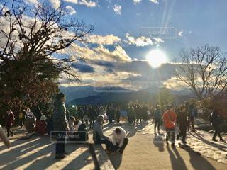 冬の高尾山山頂、みんなで夕陽を眺めるひととき。  焦点加工で人物が判別されないようにしています。の写真・画像素材[2859676]