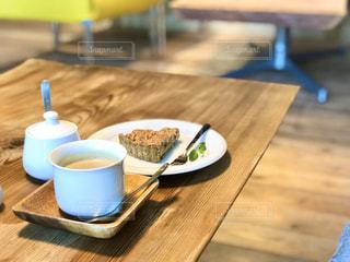 木製のテーブル、木のコースターの上に置くコーヒー1杯の写真・画像素材[2869939]
