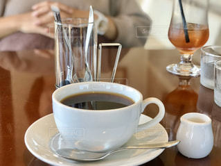 シンプルに、テーブルの上のコーヒー1杯の写真・画像素材[2890047]