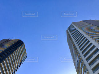 青い空とタワービルの写真・画像素材[2982355]