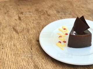お皿の上にケーキ一切れの写真・画像素材[2982416]