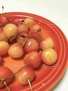 赤いお皿にさくらんぼの写真・画像素材[3164700]