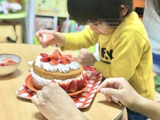 親子でケーキの飾り付けの写真・画像素材[3196725]