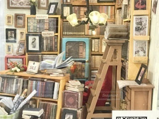 本がいっぱいの書斎で働いているかのように見える背景の写真・画像素材[3339308]