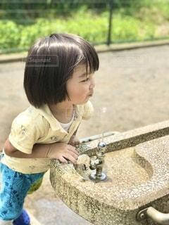 公園でいっぱい遊んだ後は、水道の水がとても美味しいね。の写真・画像素材[3405279]