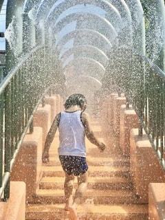 シャワーの橋を行進の写真・画像素材[3486830]