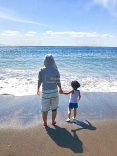 ビーチに立つ親子の写真・画像素材[3544175]