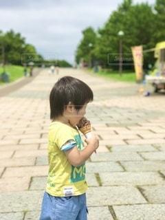 暑〜い日差しのなか、チョコアイスをあんぐりの写真・画像素材[3602921]