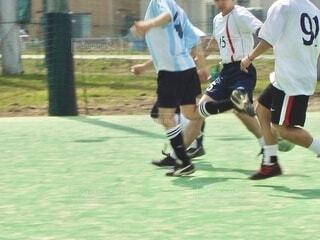 フットサルの試合でボールを奪い合うシーンの写真・画像素材[3824707]