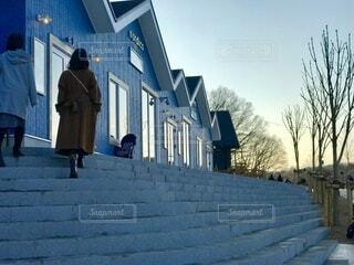 冬の夕暮れとコートの写真・画像素材[3840949]