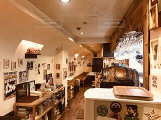 壁に写真が沢山飾ってあるレストランのインテリアの写真・画像素材[3902694]