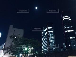 高層ビルの上に月の写真・画像素材[3924182]