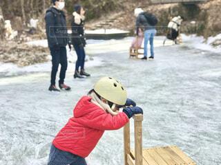 暖かいダウンで屋外のスケートリンクも思いっきり楽しめます。の写真・画像素材[3964614]