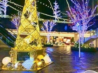 金色に輝くクリスマスツリーの写真・画像素材[3975360]