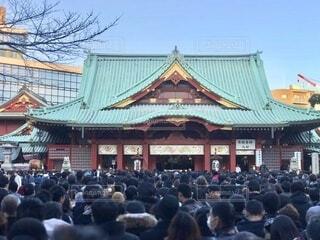 去年のお正月、神田明神の初詣。 人々が密になる正月の風景が懐かしい。  焦点加工で人物が判別されないようにしています。の写真・画像素材[4034401]