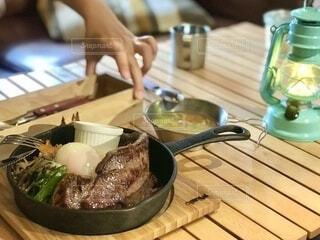 スキレットで焼いたビビンバ風ステーキのキャンプ飯の写真・画像素材[4107911]