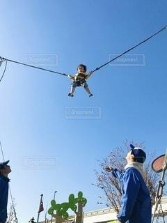 青空に向かってジャンプ!の写真・画像素材[4121636]