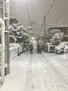 東京で雪の日の帰り道の写真・画像素材[4138578]