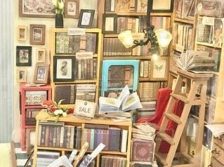 本棚から本があふれている様子の写真・画像素材[4146440]