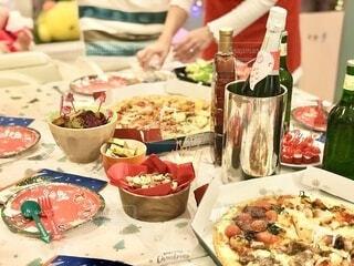 ピザをテイクアウトしてクリスマスパーティーの写真・画像素材[4169369]