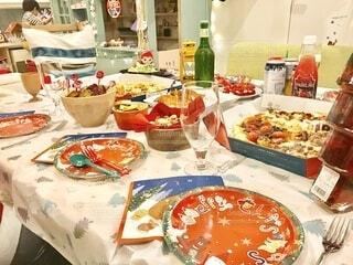 ピザをテイクアウトしてクリスマスパーティーの写真・画像素材[4175875]