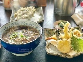 年末の軽井沢で食べた温かい蕎麦と天ぷら盛り合わせの写真・画像素材[4190089]