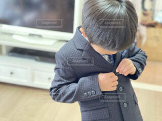 卒園式、入学式のために新調したスーツを着てみてもらいます。の写真・画像素材[4242583]