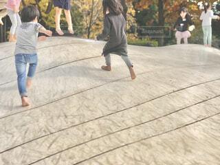公園のトランポリンを全力で遊ぶ子供。 焦点加工で人物が判別されないようにしています。の写真・画像素材[4274913]