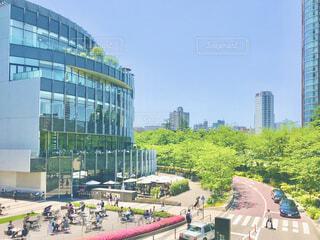 東京ミッドタウンも春の装い。焦点加工で人物が判別られないようにしています。の写真・画像素材[4292909]