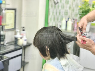子供の散髪の写真・画像素材[4405179]