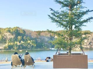 湖畔のベンチで休憩。リラックス。の写真・画像素材[4432789]