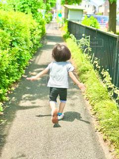 元気に走っていく子の写真・画像素材[4448070]