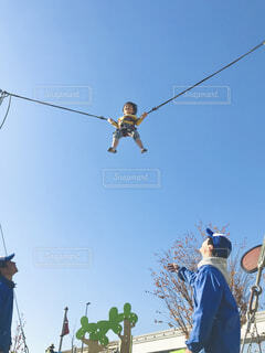 青空に向かってジャンプ!の写真・画像素材[4468633]