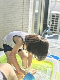 暑い日にベランダにビニールプールを出して水遊びの写真・画像素材[4538626]