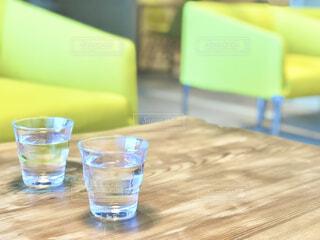カフェテーブルと水の写真・画像素材[4607017]