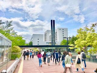 大学のキャンパスに通学する風景 焦点加工で人物が判別されないようにしていますの写真・画像素材[4625256]