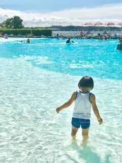 プールと水面の作り出す青色の煌めきがとても爽やかの写真・画像素材[4694572]