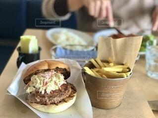 豪勢なハンバーガーのカフェランチの写真・画像素材[4792009]