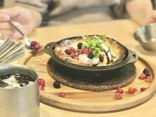 スキレットで焼いたパイのスイーツ。散りばめられたベリーがアクセント。の写真・画像素材[4824008]