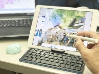 電子ペンでコンピュータにお絵描きの写真・画像素材[4860390]