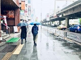 しとしと雨に濡れる街角の写真・画像素材[4941938]